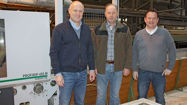 Group photo with the test candidate: Managing Director Stefan Wyss (center) with Enrico Baier of Raimann (left) and Erik Barmettler of WEINIG HOLZ-HER Schweiz